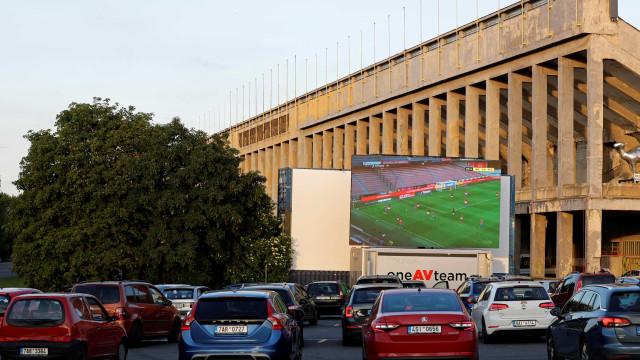 Drive-in encheu para assistir ao jogo grande do regresso da Liga checa
