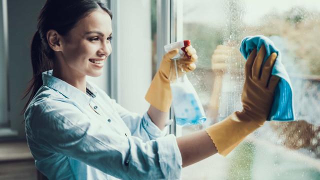 Limpe as janelas sujas com esta receita caseira (leva vinagre e não só)