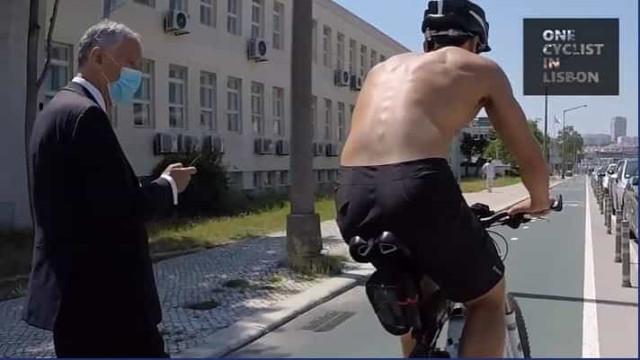 Marcelo alertado por ciclista. Caminhava, distraído, numa ciclovia