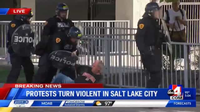 Polícia filmada a derrubar idoso com bengala. Departamento vai investigar