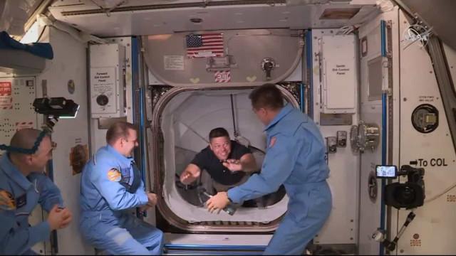 SpaceX: Bob entrou a sorrir, Doug deu cabeçada. Ambos fizeram história