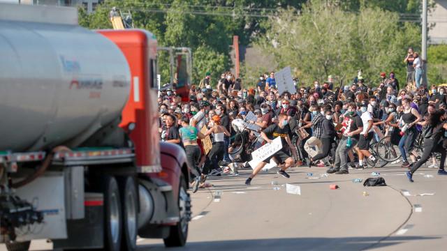 Condutor avançou sobre multidão, que o retirou do camião e agrediu