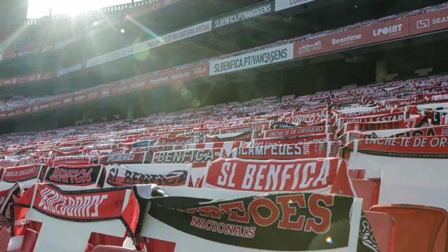 Benfica recebido na Luz por 'mar' de cachecóis nas bancadas