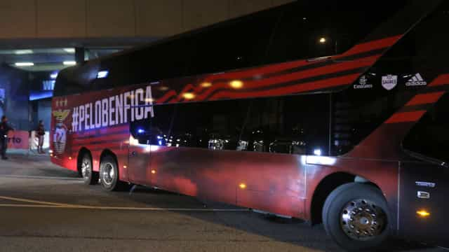 Ataque a autocarro do Benfica termina com dois jogadores feridos