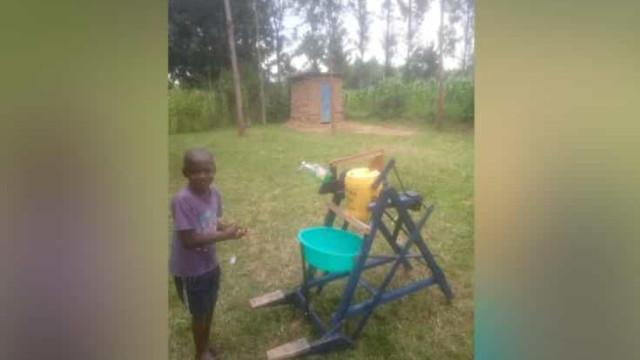 Com 9 anos, fez máquina de lavar mãos em madeira para ajudar Quénia