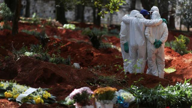 AO MINUTO: Brasil deixa de revelar totais. Pandemia já fez 397 mil óbitos