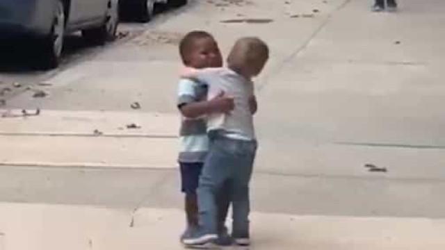Lembra-se deste abraço? Agora, são protagonistas de campanha antirracista