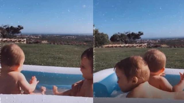 Vídeo: Filhas gémeas de Helena Costa divertem-se na piscina