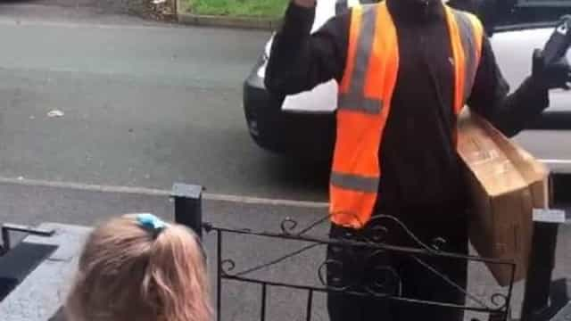 Momento tocante. Menina cumprimenta trabalhador surdo em língua gestual
