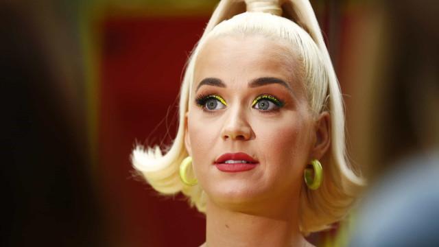 """""""Querem ver algo nojento?"""", diz Katy Perry antes de mostrar umbigo"""