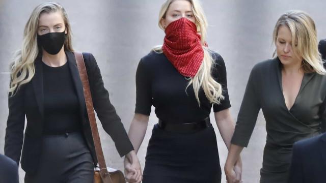Amber Heard e Johnny Depp chegam a tribunal para frente a frente