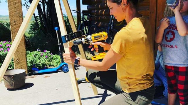 Daniela Ruah desafiada pelo marido a mostrar dotes para a bricolage