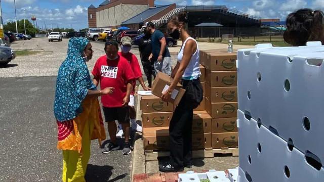 Bella Hadid ajuda a distribuir alimentos durante pandemia