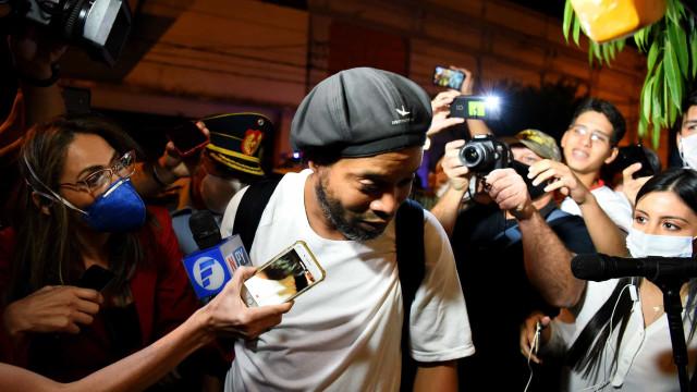 Justiça do Paraguai mantém Ronaldinho em prisão domiciliária