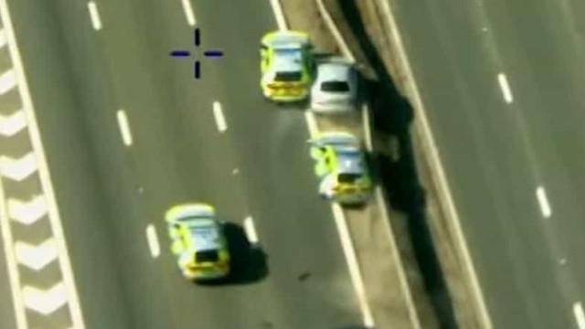 Condutor em fuga fez manobras perigosas e danificou carros da polícia