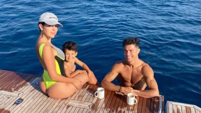 Cristiano Ronaldo e Georgina Rodríguez passeiam de barco com Mateo
