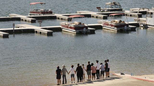 Atores de 'Glee' de mãos dadas junto ao lago onde morreu Naya Rivera