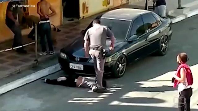Polícia pisa e equilibra-se em pescoço de mulher negra no Brasil