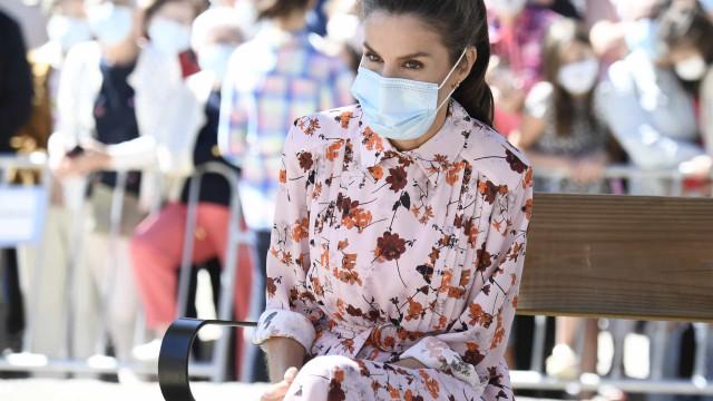 Rainha Letizia volta a dar provas do seu gosto romântico com vestido midi
