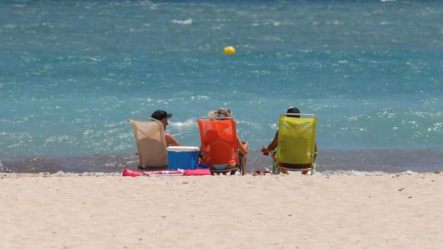 """AO MINUTO: """"Façam férias cá dentro"""". Mais 8 mortos por cá (e 560 curados)"""
