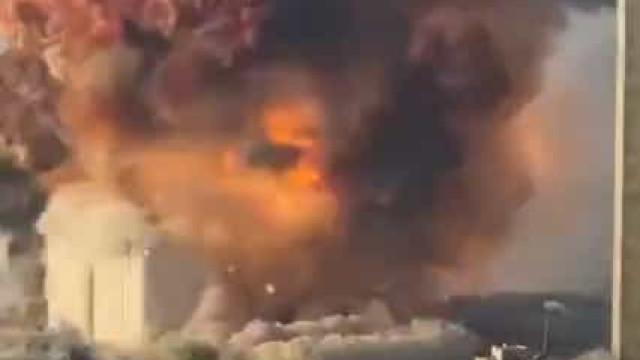 O momento da explosão que deixou um rasto de destruição em Beirute