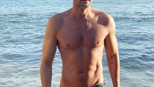 """Cláudio Ramos ironiza ao posar de sunga: """"Não sou destas coisas"""""""