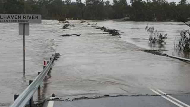 Ponte ficou submersa após cheias rápidas na Austrália
