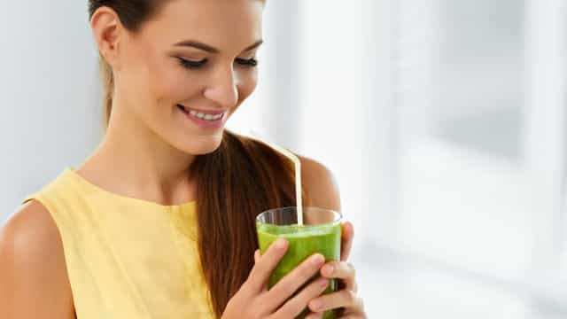 Acelere o metabolismo e perca peso com este sumo verde com laranja