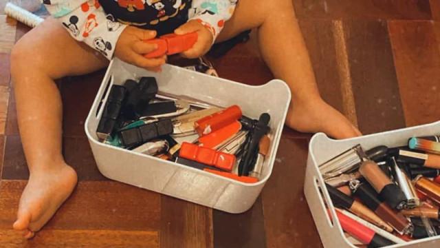 Filho de Jessica Athayde diverte-se a brincar com maquilhagem da mãe