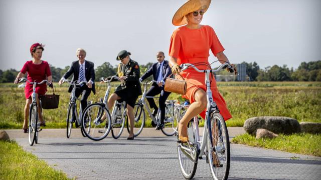 Rainha Máxima prova habilidade em andar de bicicleta com look clássico