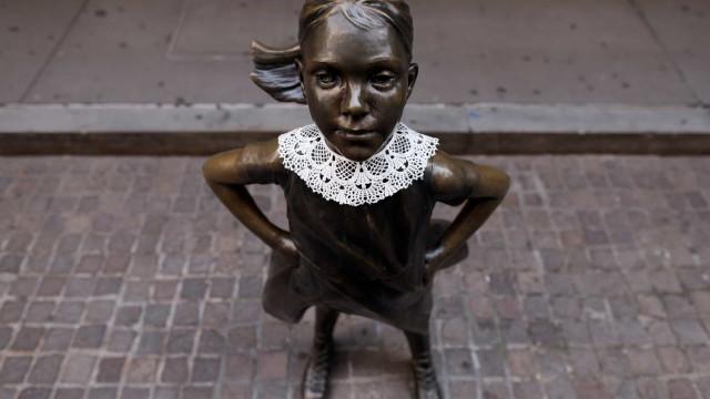 'Rapariga destemida' veste gola em homenagem a Ruth Bader Ginsburg