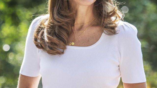Kate Middleton usa joia em homenagem aos três filhos