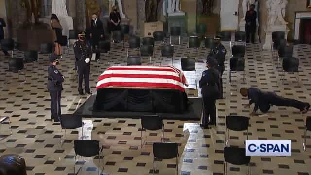 Treinador pessoal de RBG faz comovente tributo em frente ao caixão
