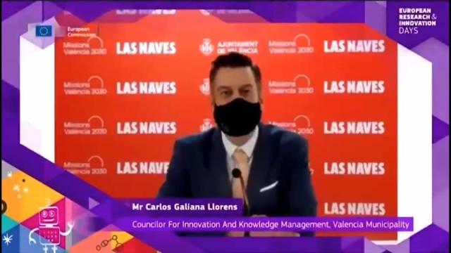 Político espanhol usa máscara para simular discurso em inglês
