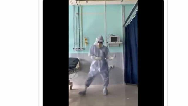 Médico dança de forma enérgica para animar pacientes infetados com Covid