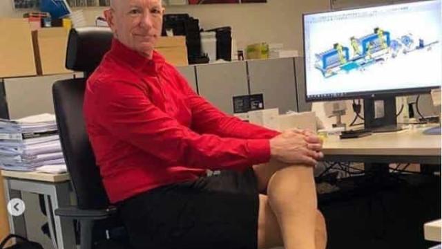 Homem usa saias e saltos para ir para o trabalho. Em nome de uma mensagem