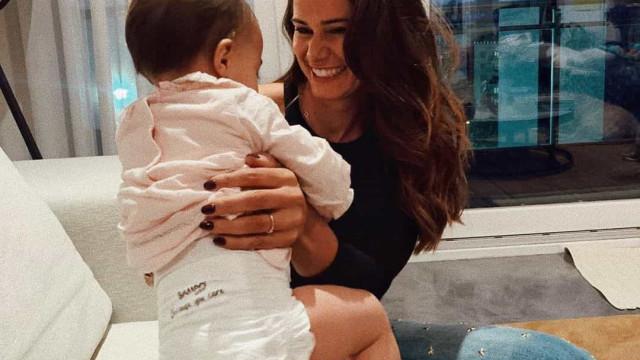 """""""Esta garota não pára"""", diz Cláudia Vieira em vídeo ternurento da filha"""