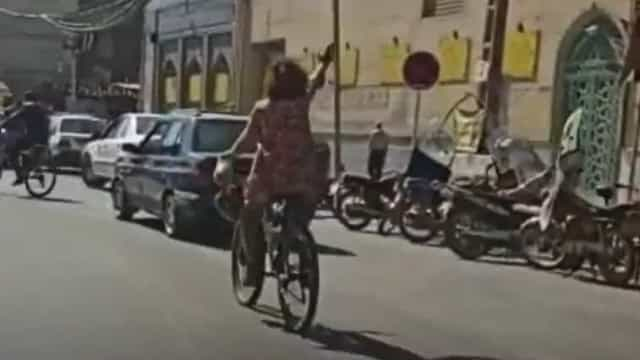 Mulher detida no Irão por andar de bicicleta sem o hijab