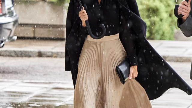 Rainha Letiza enfrenta chuva com visual elegante e sofisticado