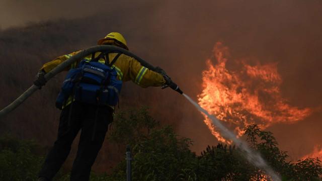 Incêndio na Califórnia consumiu quase 2.700 hectares e destruiu uma casa