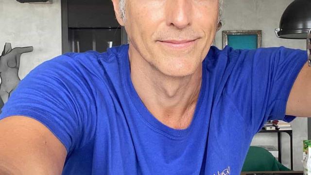 Adeus cabelo branco! Reynaldo Gianecchini muda de visual com ajuda da mãe