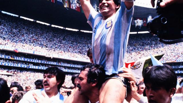 """""""Maradona, um Deus em frente ao espelho"""": El Pibe está de parabéns"""