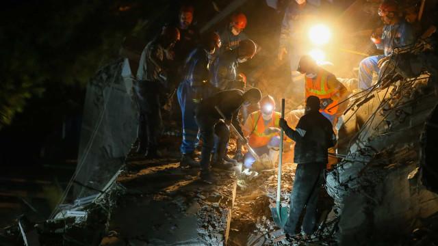 Sismo faz 12 mortos e mais de 400 feridos na Turquia. Buscas prosseguem