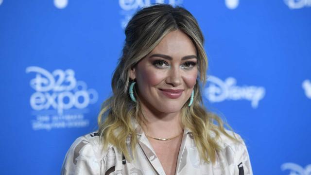 Hilary Duff em isolamento profilático após contacto com caso de Covid-19
