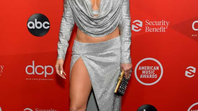 Look de Jennifer Lopez nos American Music Awards escondia detalhe curioso