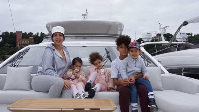 """Georgina Rodríguez mostra nova foto com filhos e Katia reage. """"Saudades"""""""
