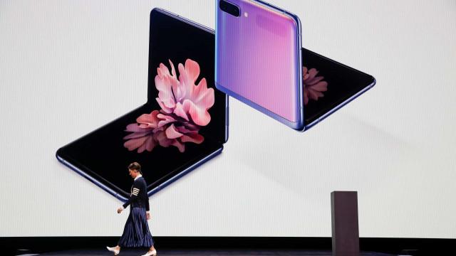 Patente da Samsung idealiza telemóvel dobrável com câmara rotativa