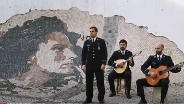 """""""Silêncio, que vamos cantar o fado"""". A homenagem da PSP"""