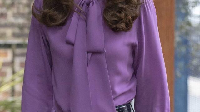 Ups! Kate Middleton usa camisa de forma errada... pela segunda vez