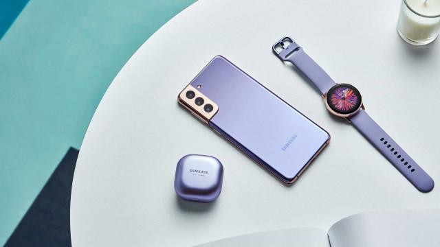 É oficial. O Galaxy S21 não inclui carregador na caixa
